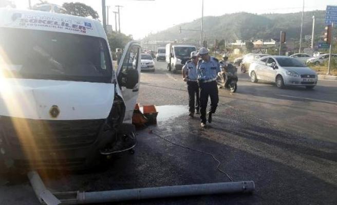 Servis minibüsü otomobille çarpıştı: 12 kadın işçi yaralandı