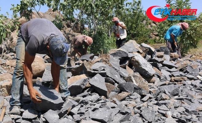 Suriye'de inşaat işçileri ekmeğini 'taştan çıkarıyor'