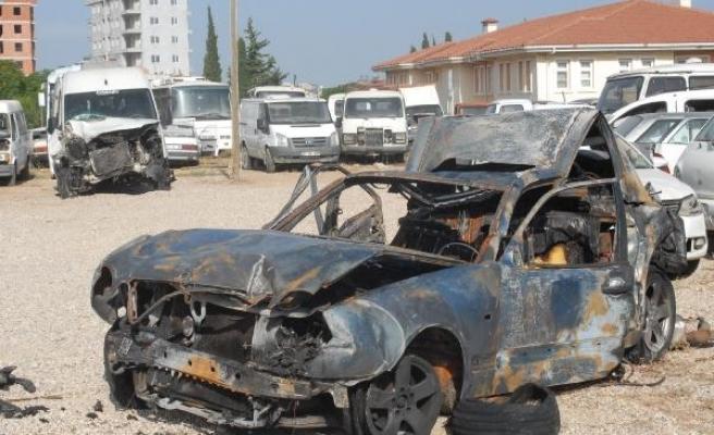 Polisin durdurduğu otomobile minibüs çarptı, çıkan yangında 2 kişi öldü