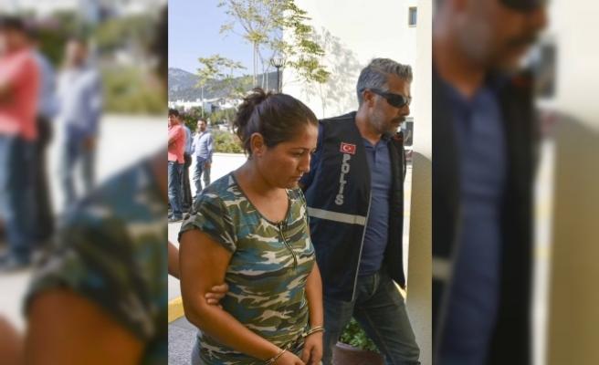 Temizlikçi kadın sahte kimlik ve çalıntı kredi kartlarıyla yakalandı