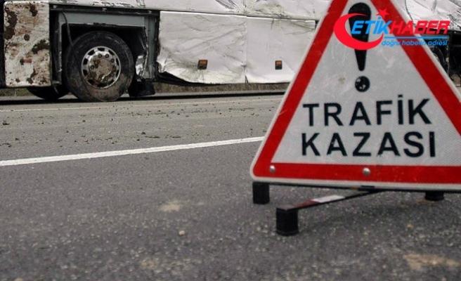 Bayburt'ta okul servisi ile otomobil çarpıştı: 17 yaralı