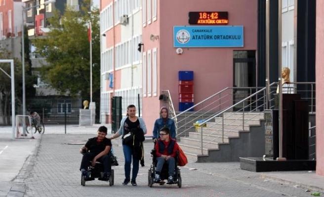 Asansörde mahsur kalan bedensel engelli öğrencileri itfaiye kurtardı