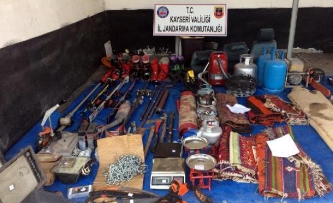 Çete liderinin evinde 271 parça çalıntı malzeme ele geçirildi