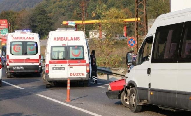 Düzce'de yolcu minibüsü otomobille çarpıştı: 7 yaralı