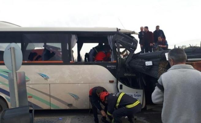 Gebze'de işçi servisi TIR'a çarptı: 21 yaralı