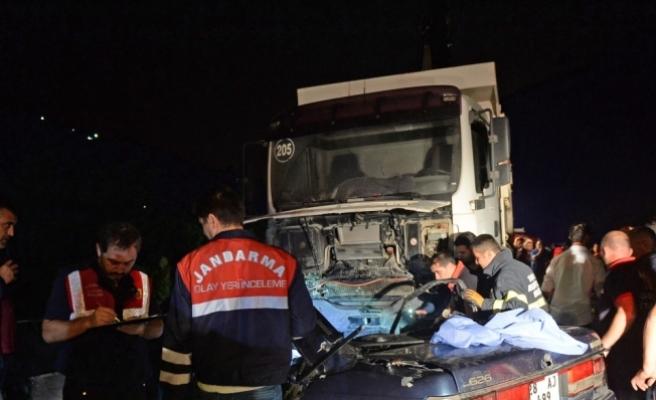 Giresun'da otomobil kamyonla çarpıştı: 3 ölü