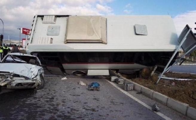 İşçi servisi, otomobille çarpıştı: 9 yaralı