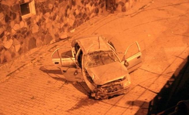 Kaldırıma çarpıp taklalar atan otomobil evin bahçesine uçtu: 5 yaralı