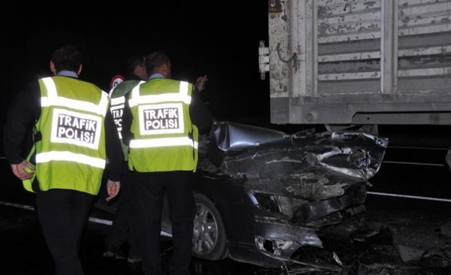 Kırıkkale'de otomobil kamyona arkadan çarptı: 2 ölü