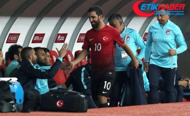 Milli Takım'ın 3-0 Geride Olduğu Maçta Oyundan Alınan Arda, Islıklara Gülerek Tepki Gösterdi