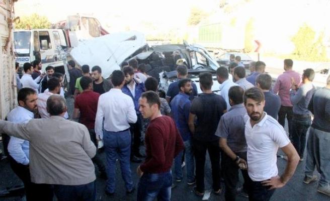 Öğrenci servisi, pamuk yüklü kamyona çarptı: 14 yaralı