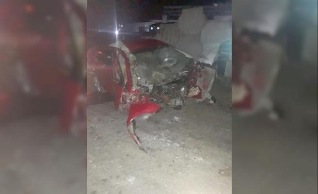 Otomobil köprü inşaatına çarpıp ikiye bölündü: 2 ölü, 1 yaralı