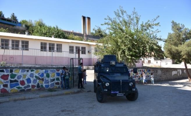 PKK'lı teröristler okula el yapımı patlayıcı bırakmış