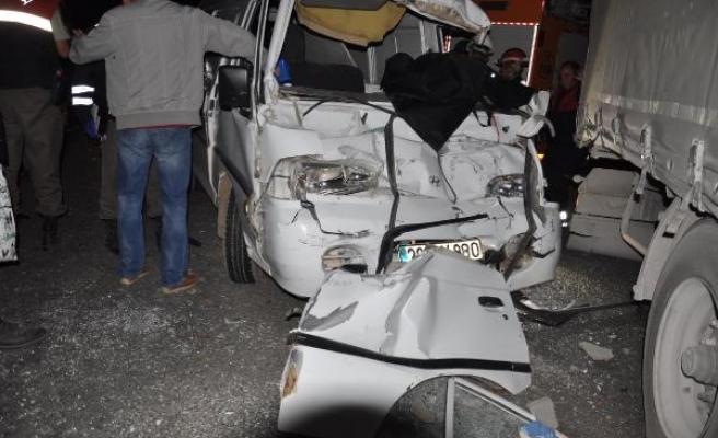 TIR'a çarpan minibüsün sürücüsü öldü