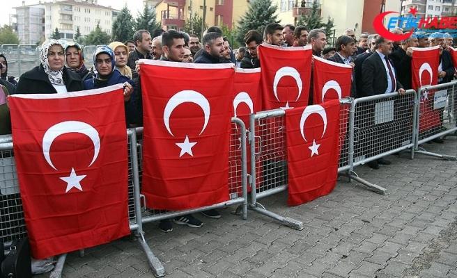 Malatya'daki FETÖ sanıkları Türk bayraklarıyla protesto edildi