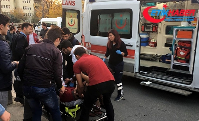 Okul önünde liseli öğrencileri bıçakladı