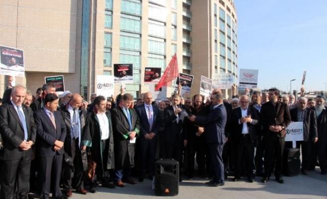 Saadet Partililer Yaman'ın tutukluluğunun devam etmesini adliye önünde protesto etti