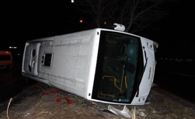 Buzlu yolda midibüs yan yattı:7 yaralı