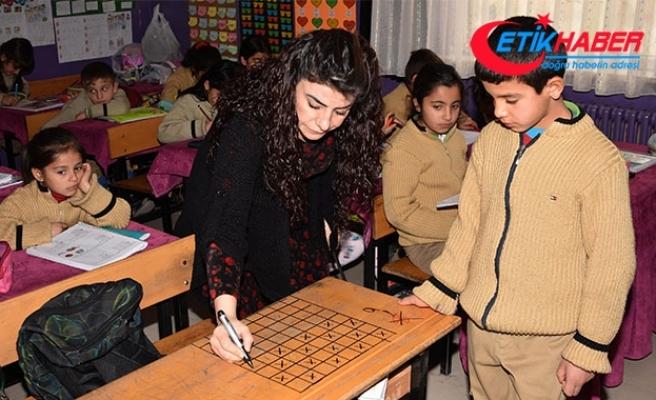 Öğrenci sıraları, oyun masasına dönüştürüldü