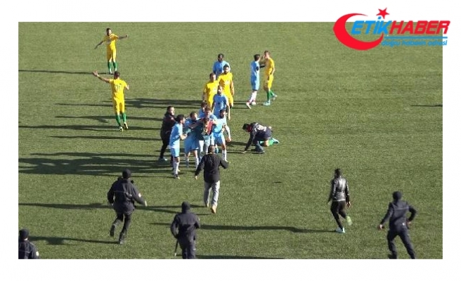 Sahaya girip futbolcuya tekme ve tokat attı