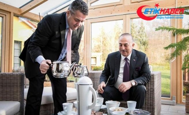 Alman Bakan, mevkidaşı Çavuşoğlu'na Türk çayı ikram etti