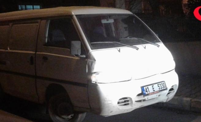 Çaldıkları minibüsün yakıtı bitince başka aracı çaldılar