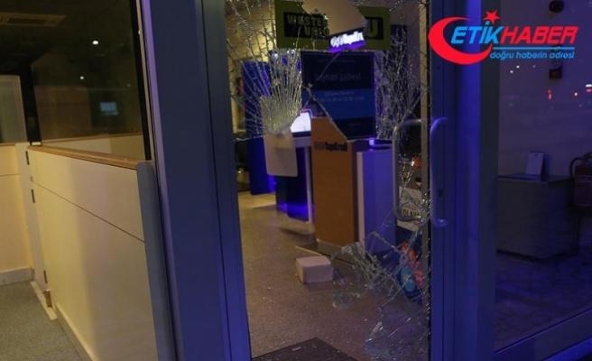 Camı taşla kırıp içeri girdi 'Banka benim' dedi
