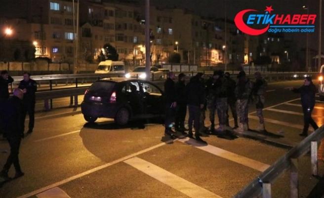 Fatih'te 'dur' ihtarına uymayan araç ateş açılarak durduruldu