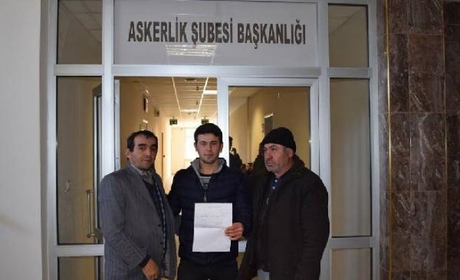 Tezkeresini aldı, Afrin'e gitmek için askerlik şubesine başvurdu