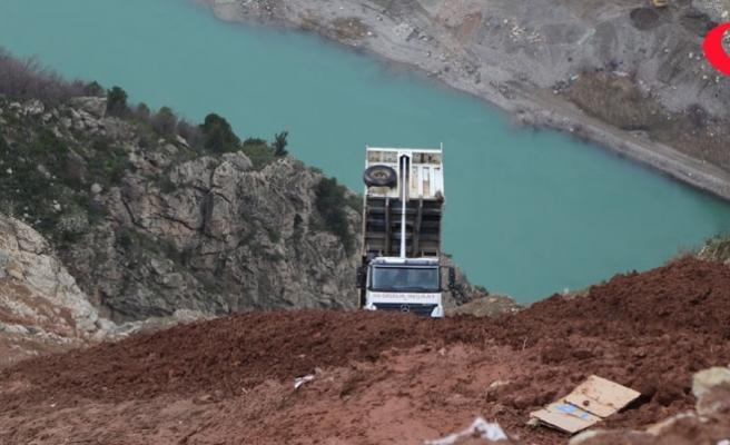 Uçuruma kayan hafriyat kamyonunun sürücüsü son anda kurtuldu