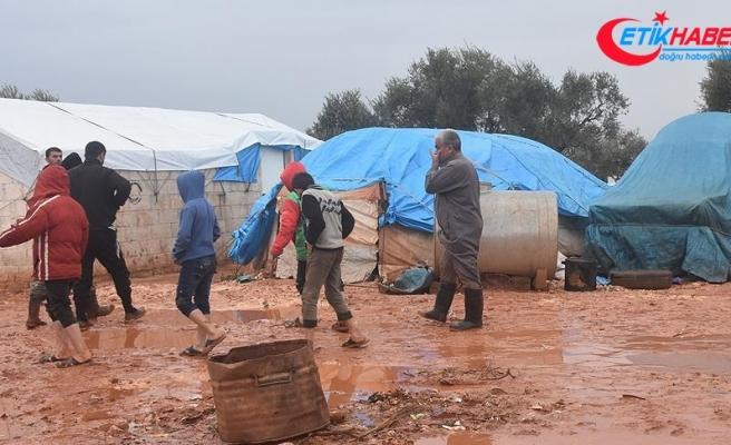 'Yağmur yağınca çadır üstümüze yıkılacak diye uyuyamıyoruz'