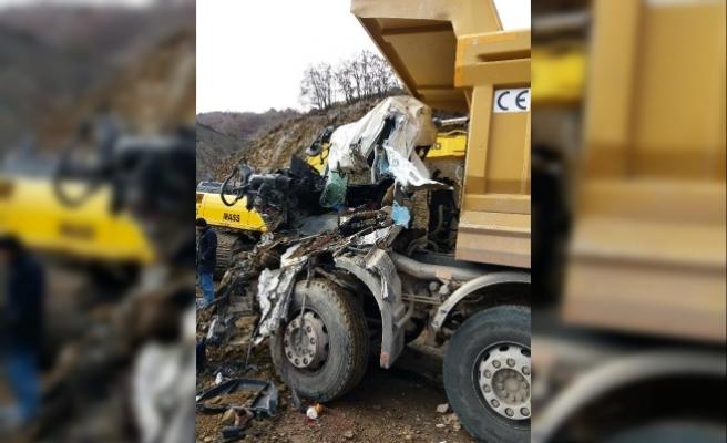 Hafriyat kamyonu, bir başka hafriyat kamyonunun üzerine düştü: 1 ölü