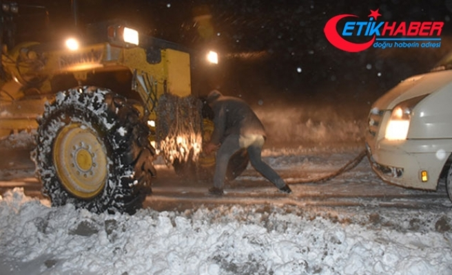 Kars'ta kar ve tipi yolları kapadı