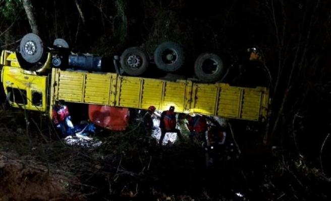 Orman işçilerini taşıyan kamyon devrildi: 2 ölü, 11 yaralı