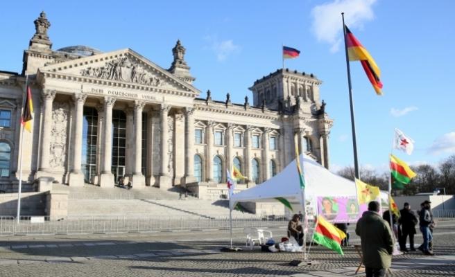 Terör örgütü yandaşları Alman Meclisi önünde çadır açtı