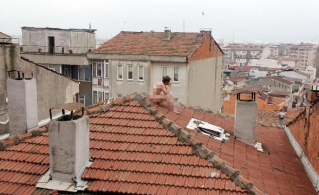 Çırılçıplak çatıya çıktı, çay teklifine indi