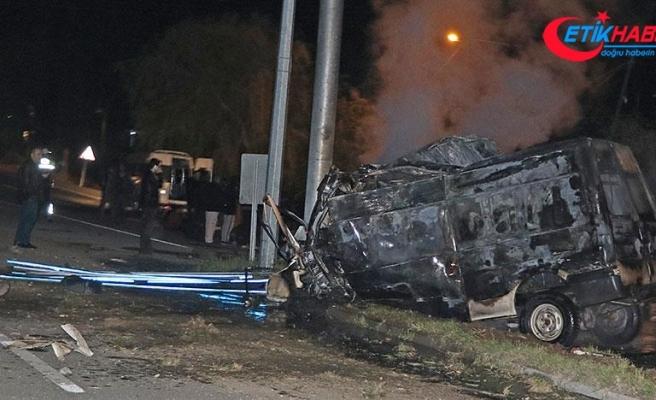Iğdır'da aydınlatma direğine çarpan minibüs alev aldı: 17 ölü 36 yaralı