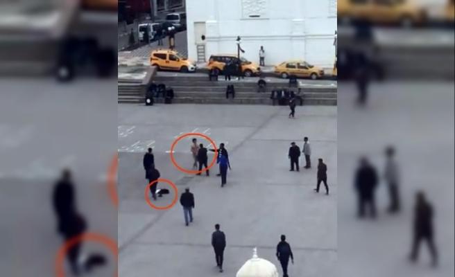 Meydanda soyunan genci, linçten polis kurtardı