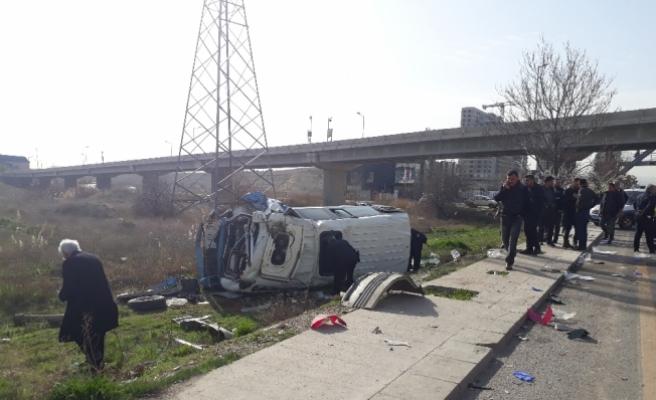 Minibüs hafriyat kamyonuyla çarpıştı: 17 yaralı