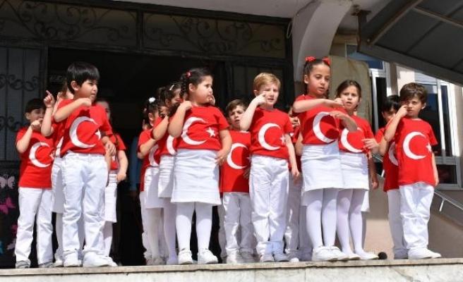 Minikler, İstiklal Marşı'nı işaret dili ile okudu