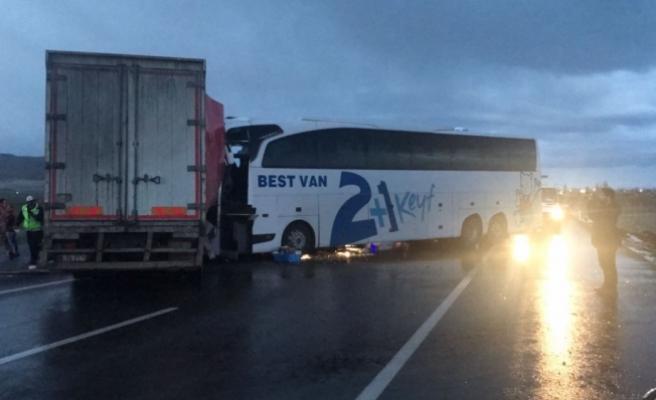 Muş'ta otobüsle tır çarpıştı: 1 ölü, 40 yaralı