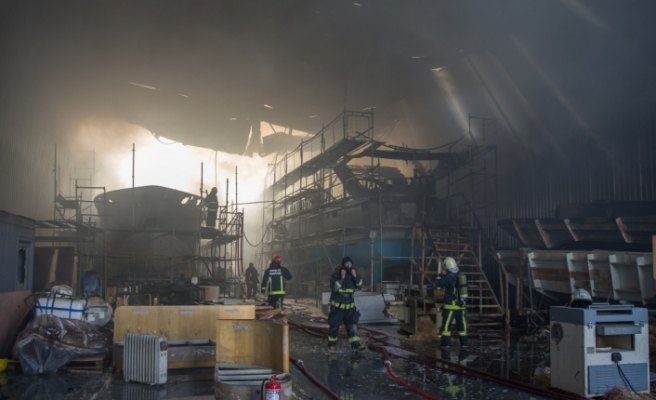 Antalya'da yat imalat deposunda yangın