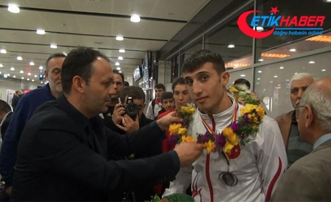 Romanya'da saldırıya uğrayan boks milli takım kafilesi yurda döndü.