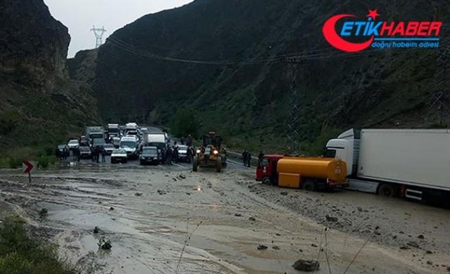 Erzurum'da sel, yolu kapattı