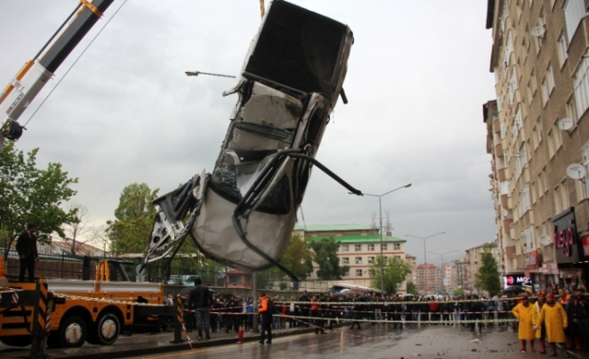 Göçüğün yuttuğu araç çıkarıldı, vatandaşlar tahliye edildi
