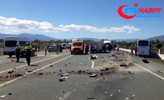 Halk otobüsü ile otomobil çarpıştı: 2 ölü, 16 yaralı
