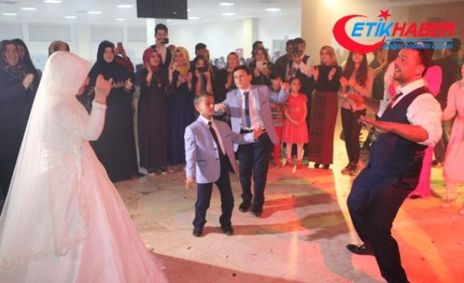 Kaçarak evlenen 2 çocuk sahibi çift 13 yıl sonra düğün yaptı