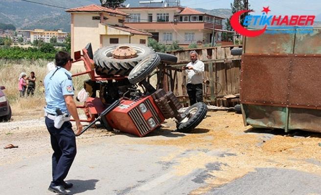 Kamyonet saman yüklü traktöre çarptı; yol 5 saat kapandı