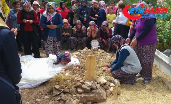 Kazada ölen uzman çavuşun eşi, cenazeye gelinlikle katıldı