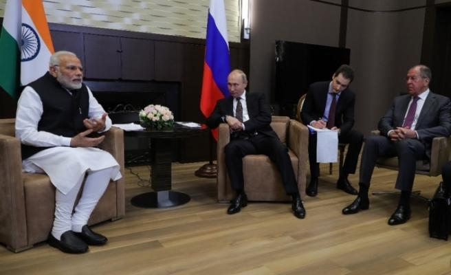Putin ve Modi bir araya geldi